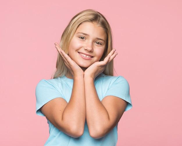 Junges mädchen des porträts mit rosa hintergrund