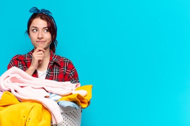 Junges mädchen haushälterin wäsche waschen