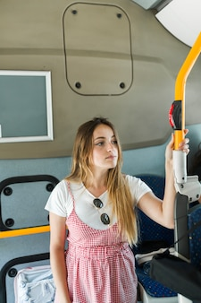 Junges mädchen im bus
