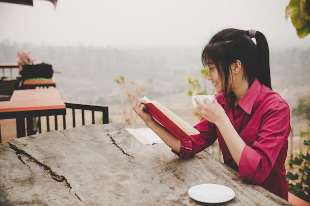Junges mädchen im café, buch, lesen, kaffee
