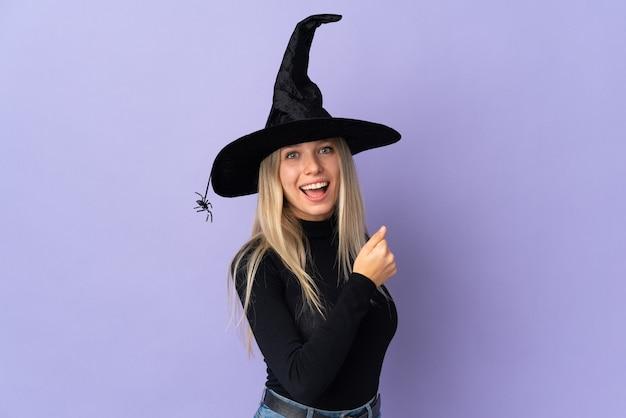 Junges mädchen im halloween-kostüm