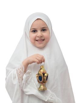 Junges mädchen im islamischen hijab mit ramadan laterne
