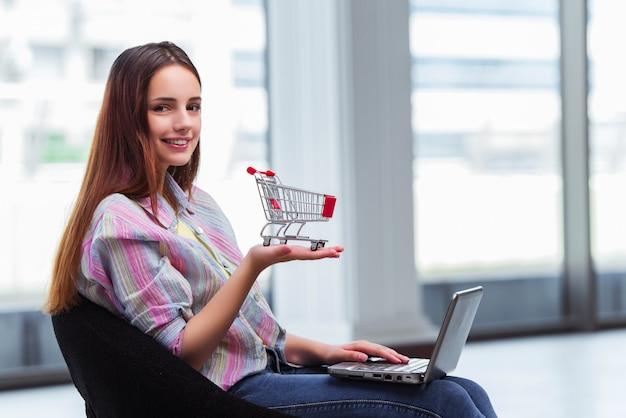 Junges mädchen im online-shopping-konzept