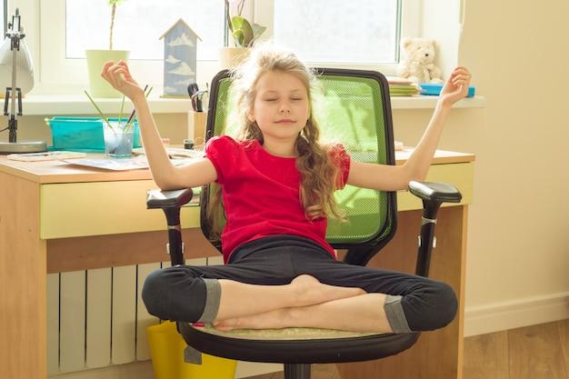 Junges mädchen meditiert zu hause auf stuhl