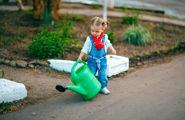 Junges mädchen mit bewässerungstopf
