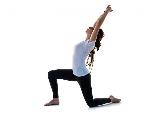 Junges mädchen mit dreadlocks, die yoga tun