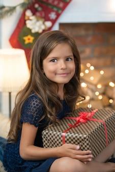 Junges mädchen mit einem geschenk mit einem geschenk