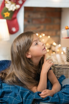 Junges mädchen mit einem geschenk