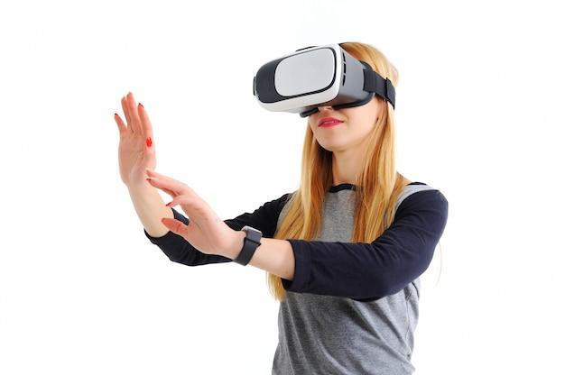 Junges mädchen mit gläsern der virtuellen realität auf weiß