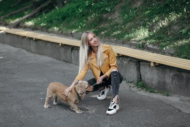 Junges mädchen mit hund geht in den park