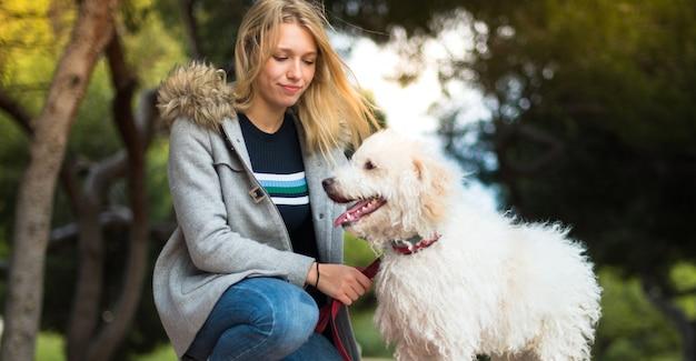 Junges mädchen mit ihrem hund in einem park