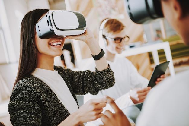 Junges mädchen-schöpfer sitzt in den gläsern der virtuellen realität