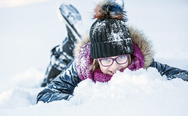 Junges mädchen spielen mit schnee schließen sie auf glückliches mädchen im frostigen winterpark