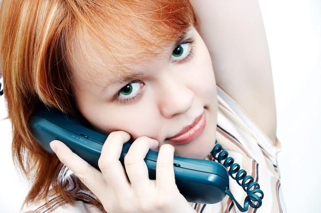 Junges mädchen spricht mit dem telefon