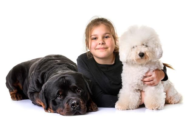 Junges mädchen und hunde