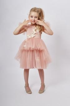 Junges mädchen vermissen schönheit in einem schönen kleid. kinderkosmetik und make-up