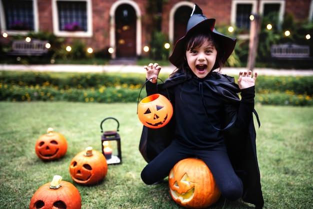 Junges mädchen, welches das halloween-festival genießt