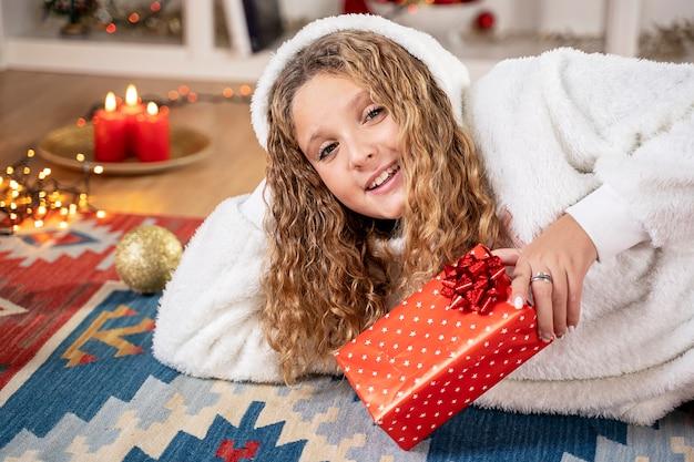 Junges mädchenglück mit weihnachtsgeschenk