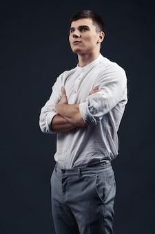 Junges mannporträt im weißen hemd
