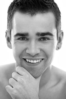 Junges mannporträt, männliches hautpflegekonzept