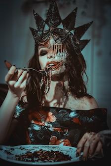 Junges model posiert mit würmern als tote frau