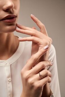 Junges modell, das teuren ring demonstriert