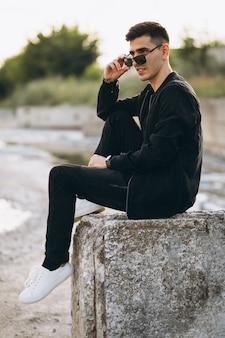 Junges modell des gutaussehenden mannes