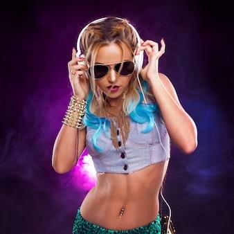 Junges modisches mädchen im disco-stil