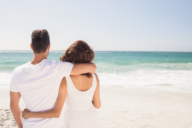 Junges paar am strand suchen