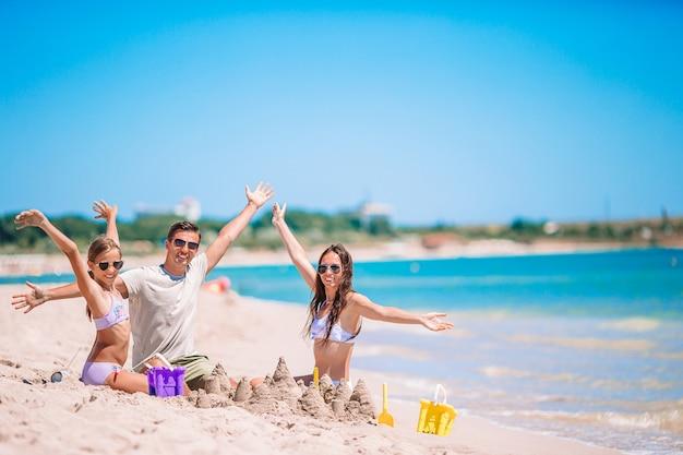 Junges paar am strand während der sommerferien