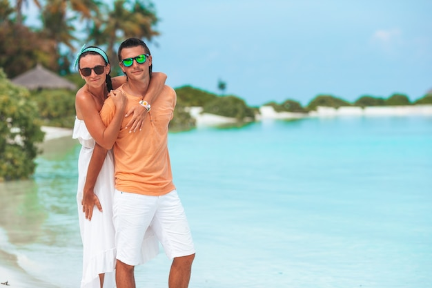 Junges paar am weißen strand während der sommerferien