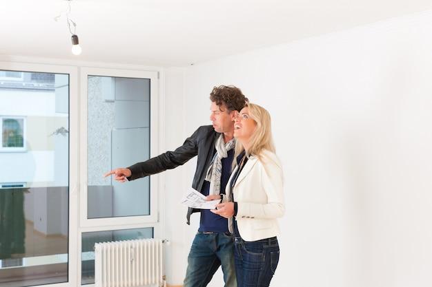 Junges paar auf der suche nach immobilien