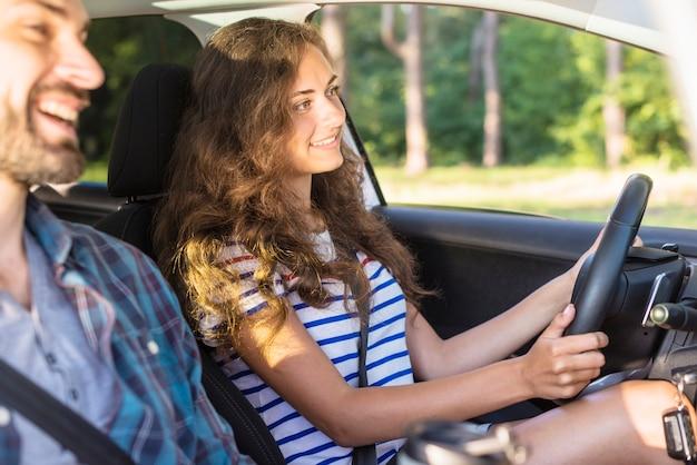 Junges paar auf einer autofahrt