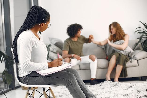 Junges paar beim psychologen. besprechen sie beziehungsprobleme mit ihrem therapeuten.