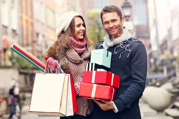 Junges paar beim weihnachtseinkauf in der stadt
