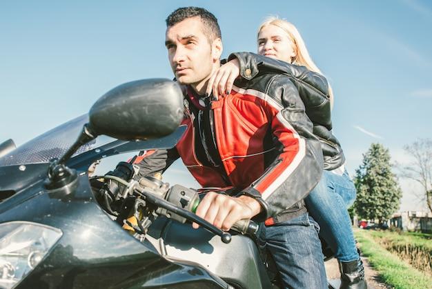 Junges paar, das auf einem sportmotorrad fährt