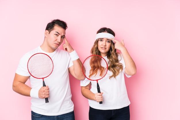 Junges paar, das badminton spielt