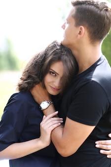 Junges paar, das draußen umarmt
