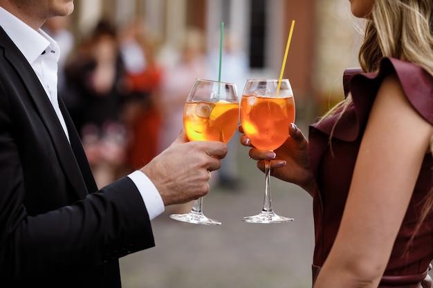 Junges paar, das einen cocktail trinkt