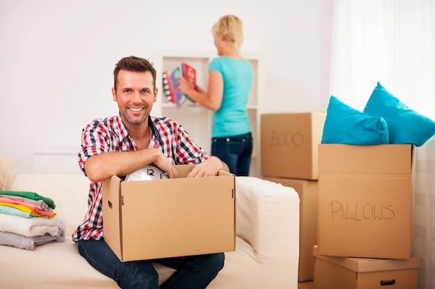 Junges paar, das in ihrem neuen zuhause auspackt