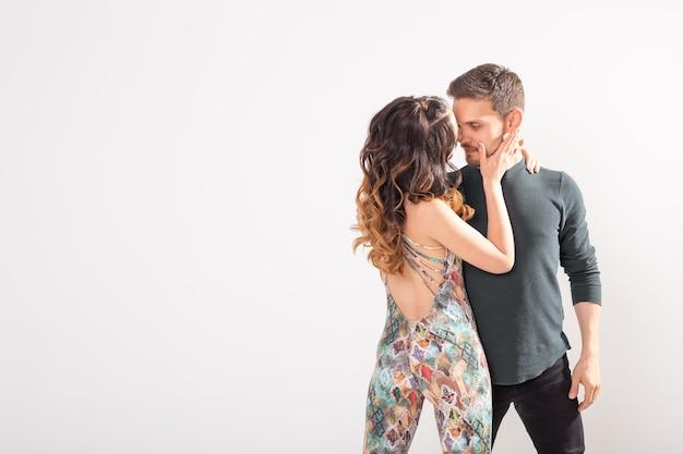 Junges paar, das lateinamerikanischen tanz tanzt