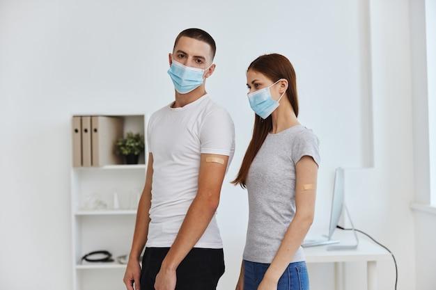 Junges paar, das medizinische masken trägt, coronavirus-kovid-pass