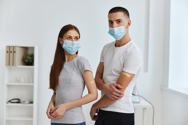 Junges paar, das medizinische masken trägt, kovid-impfpass