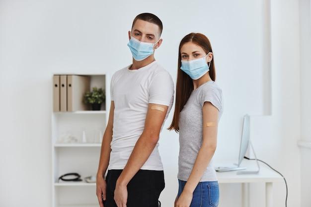 Junges paar, das medizinische masken trägt, krankenhausgesundheitsimmunitätsschutz