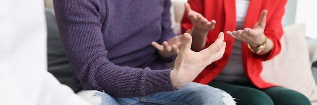 Junges paar, das mit psychologen in büronahaufnahme kommuniziert