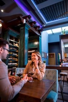 Junges paar, das mittagessen im restaurant genießt