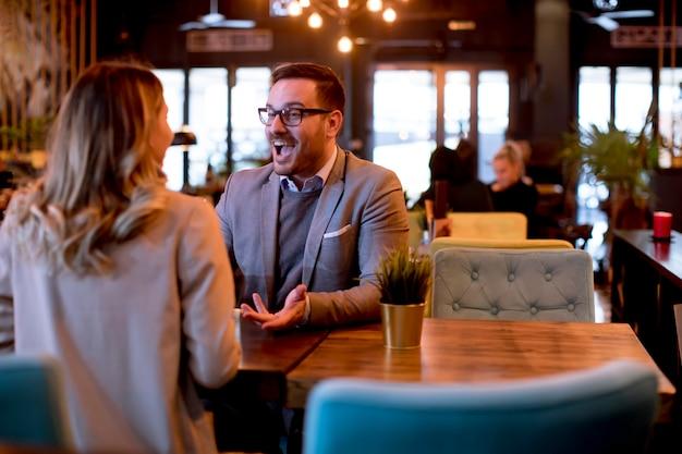Junges paar, das mittagessen in einem restaurant genießt