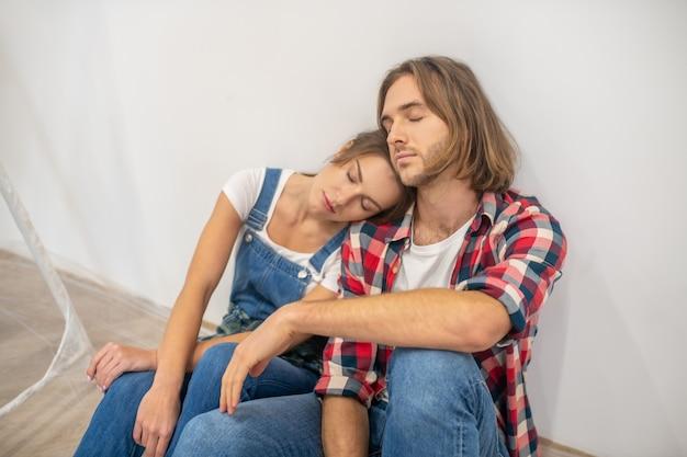 Junges paar, das müde aussieht und sich nach der arbeit ausruht