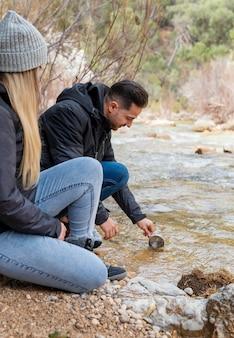 Junges paar, das natur erforscht
