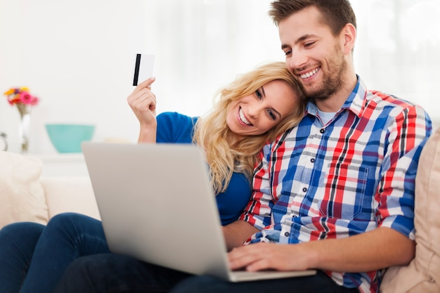 Junges paar, das online mit kreditkarte zahlt